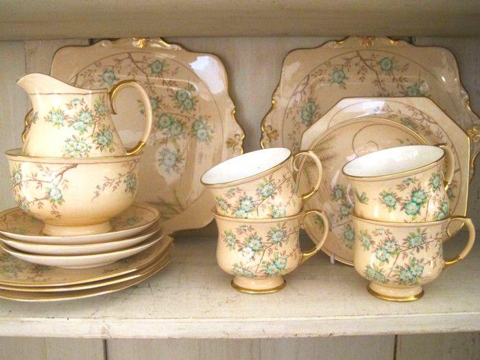 Juego de café de porcelana inglesa de los años 20 para 4 personas con un original estampado en beige y...