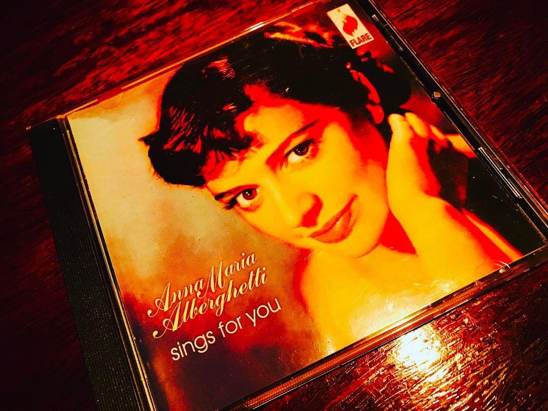 全然ジャズとは関係ないのだが何故か聴いてしまうアルバムである。やはり此れだけの美貌だと当然の成り行きなのであろうか。歌はクラシカルなトレーニングに培われた完璧なオペラ唱法であるが偶にはよいのではないかと思っている次第である。美女は得だね。1950,54年録音作品。☆☆☆☆#Jazz#LP#CD#Food#Dishes#Love#Osaka#kitashinch#Bar#Bartender#Fashon#Showa#Moscow#Otokomae#i#Kaiseki#Soba#Moga#Disks#Travel#Wine#Whisky#Screen#Art#Painting#Cat#LikeforLike#Ramen http://tipsrazzi.com/ipost/1514253199691091121/?code=BUDtUMjlgyx