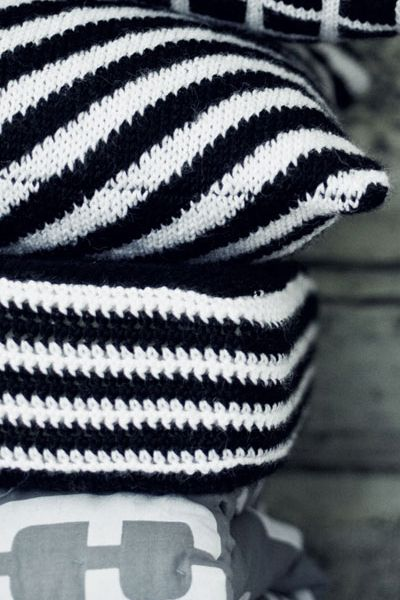 Neulottu vinoraitainen tyynynpäällinen Novita 7 Veljestä | Novita knits