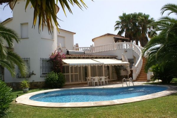 preciosa villa con piscina para 4 personas en oliva en la