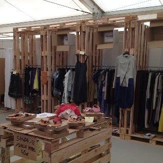 Con palets podes decorar una tienda de ropa... #Palets #Decoracion #Muebles…