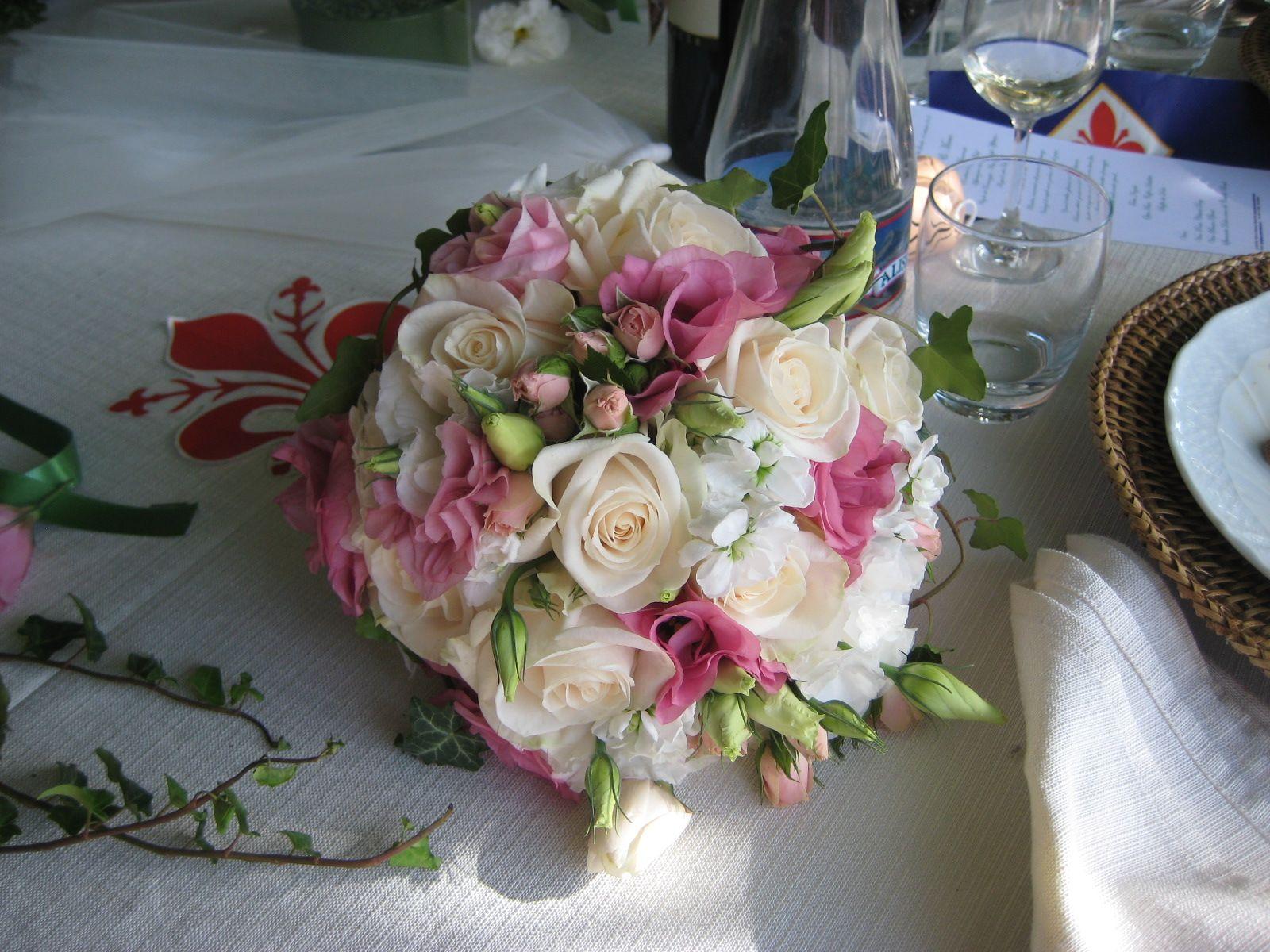 Brautstrauss mit weissen Rosen, rosa Lisianthus und Rosenknospen ...