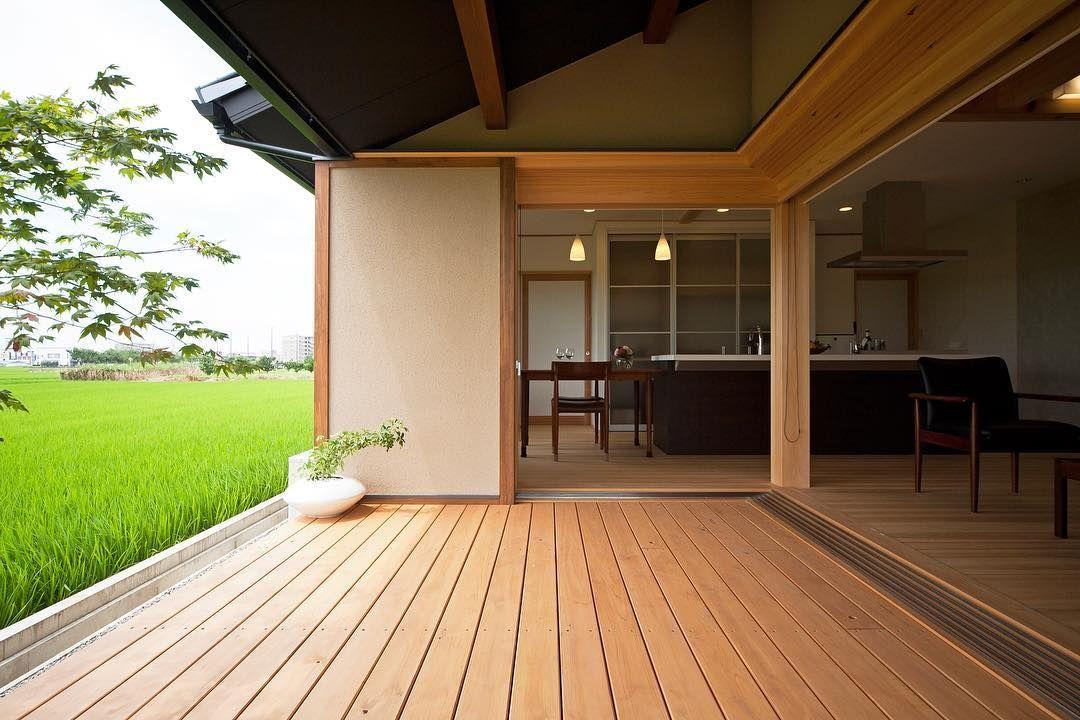 お庭と室内をつなぐl字の大きな窓とウッドデッキ 広々と開放的な空間
