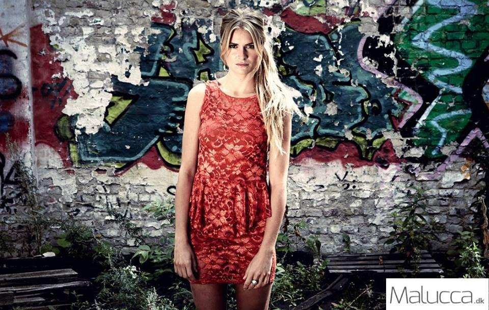 Sød blonde kjole. Brug dine bedste accessories til at skabe et look til dagen og et aftenlook til fest. TILBUD KUN 169,- www.malucca.dk