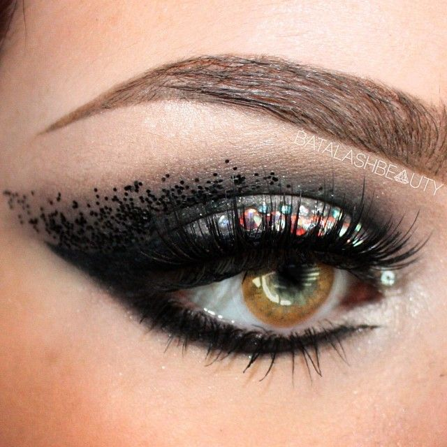 All things #eyeliner indeed. Take a look at this very beautiful makeup!! Like how subtly the shimmer was added to the top eye lid. Black eyeliner on the waterline as well as top lid. GET EYELINER CREATIVE!! :)