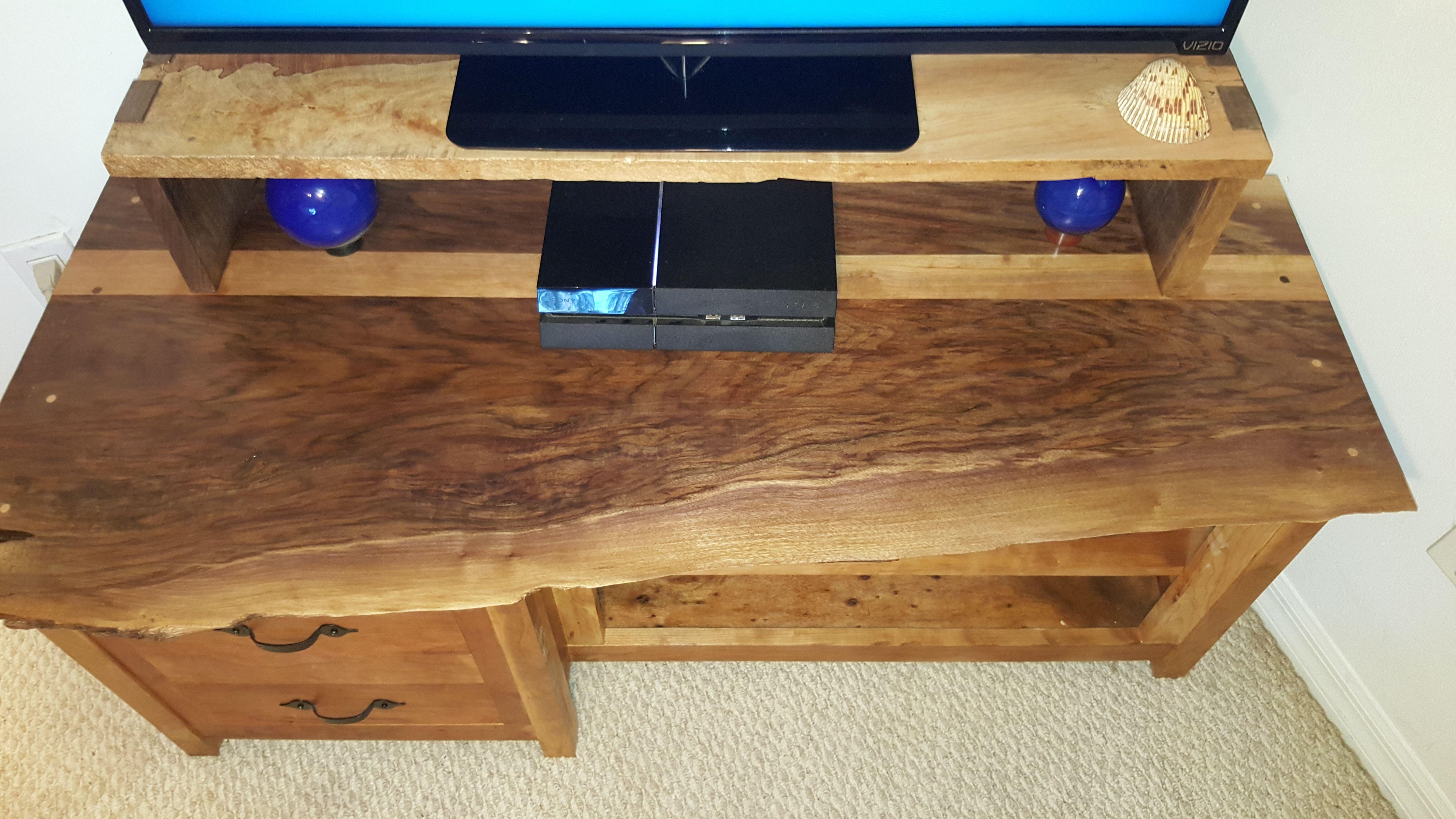 Live Edge Walnut TV Stand (#QuickCrafter)