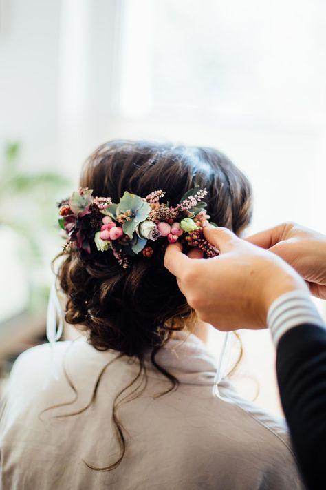 Arreglo floral en el cabello Muchos ejemplos en la galería de imágenes.