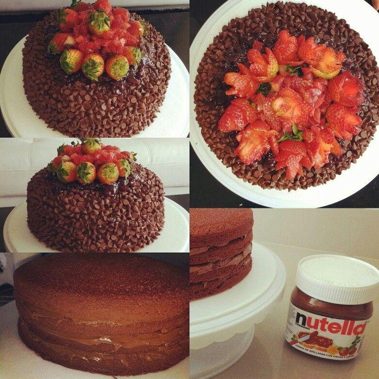Torta de Chocolate rellena y cubierta con Nutella, chips y fresas!