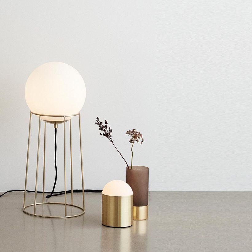 Lampe à poser pied en métal finition laiton et et globe en