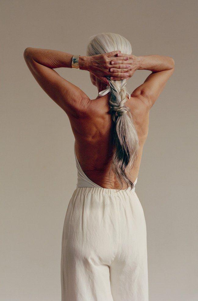a 60 ans le mannequin yasmina rossi pose en maillot de bain silver hair pinterest pose. Black Bedroom Furniture Sets. Home Design Ideas