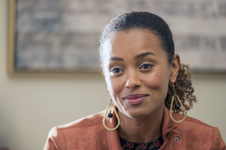 Love These Earrings Worn By Zoe Melanie Liburd C O Costume Designer Hala Behmet Of This Is Us Milo Ventimiglia Gilmore Girls This Is Us Walk To Remember