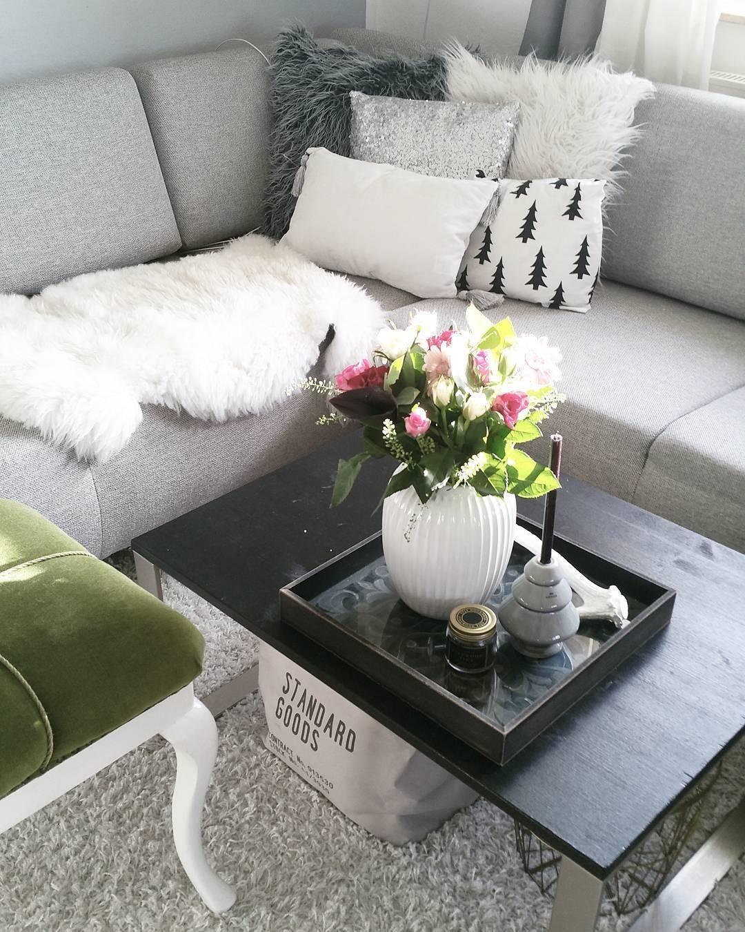Beautiful Die Vase Hammershi In Strahlenden Wei Passt Perfekt In Dieses  Wohnzimmer Im Monochromen Look Das With Wohnzimmer Ideen Puristisch