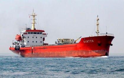 İstanbul Boğazı'nda, makine arızası nedeniyle sürüklenen bir gemi paniğe neden oldu.