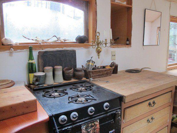 Die kompakte Küchenzeile erlaubt es auch, sich eine warme Mahlzeit zuzubereiten und mitten in der Natur zu schlemmen.