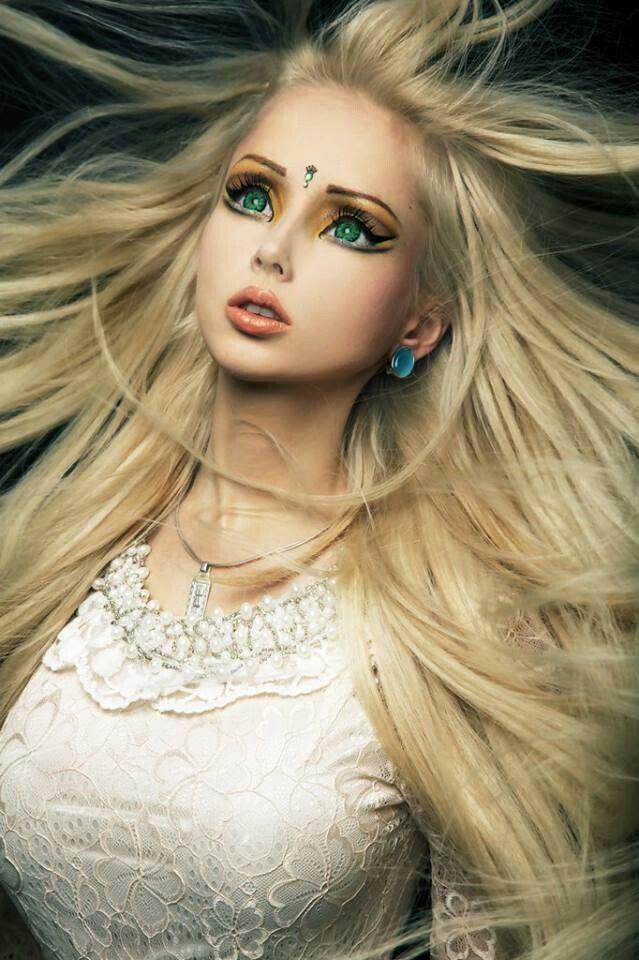 Девушка барби – живая копия знаменитой куклы Барби   Roupas coloridas,  Decoração festa infantil, Dicas de maquiagem