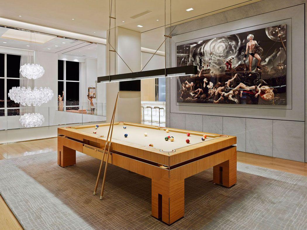 Espace de jeux situé à la mezzanine avec cette table de billard de style