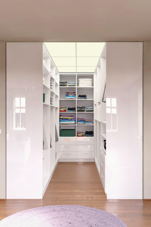 Ein begehbarer Kleiderschrank lässt sich in vielen Räumen ...