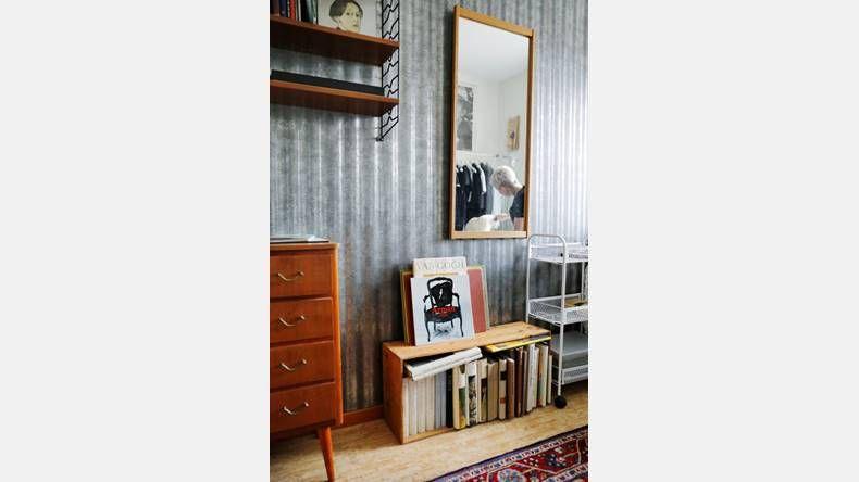 Förvaring. I Stinas sovrum ryms böckerna i stringhyllor och gamla sockerlådor.  | Bild: Josefin Wiklund