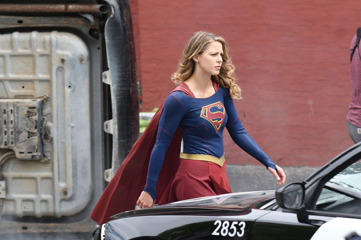 Supergirl Gives The Heart Sign To Her Crew Celebrity Wotnot Supergirl Supergirl Season Supergirl Tv