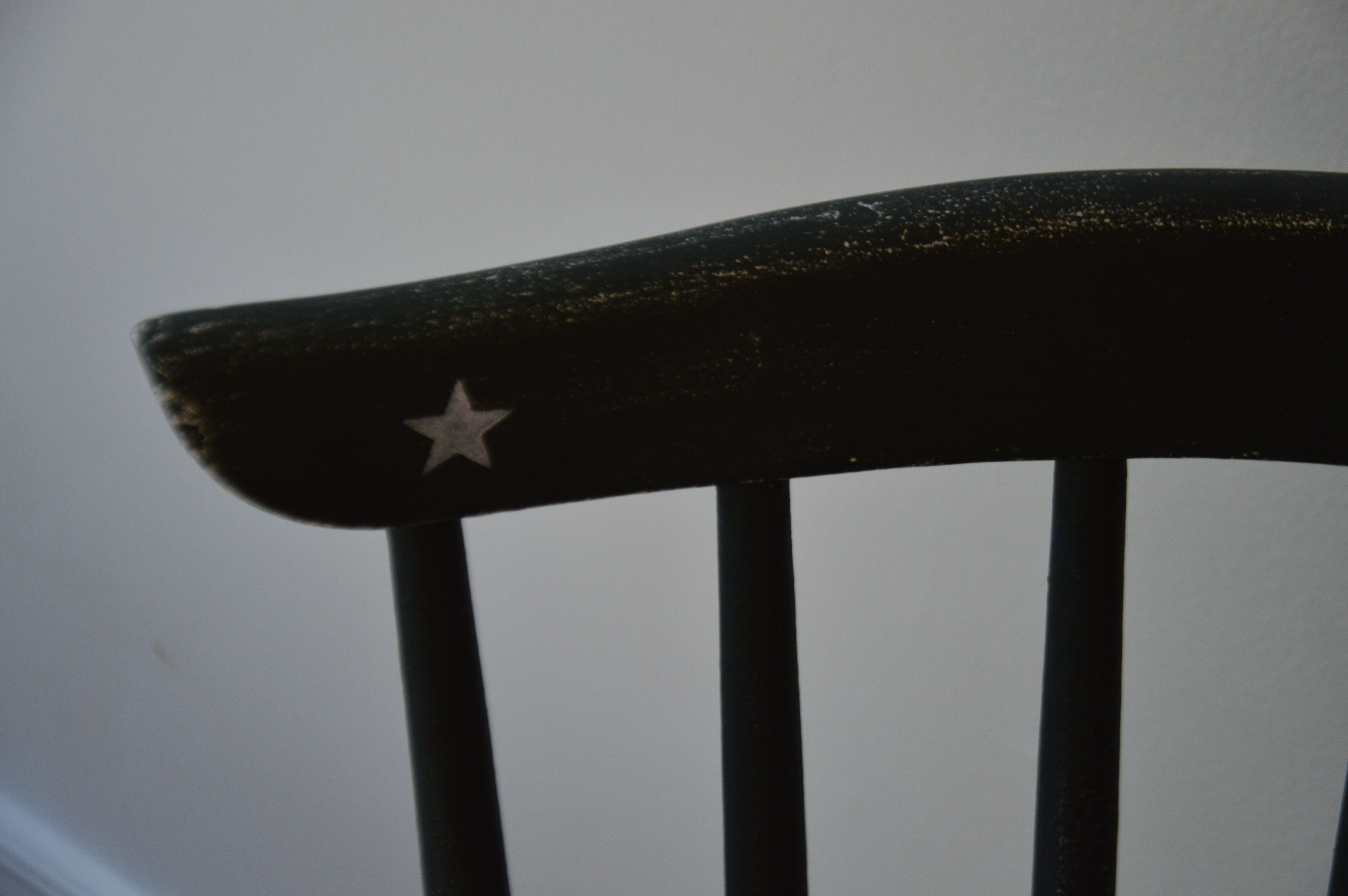 Aged chair from with a stenciled star http://grisfonce.canalblog.com/