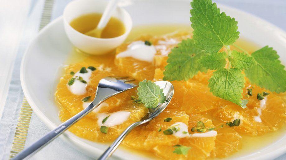 Superlecker und figurfreundlich: Carpaccio aus Orangenfilets mit Pistazien und Joghurt | http://eatsmarter.de/rezepte/carpaccio-aus-orangenfilets-mit-pistazien-und-joghurt