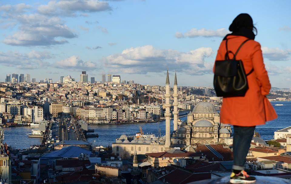İstanbul Eminönü'nde yer alan tarihi Valide Han'ın çatısına çıkıp İstanbul manzarasının keyfini çıkaranlar...
