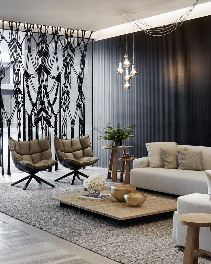 Design Interieur Moderne Aux Murs Fonces Avec Suspension Luminaire En Verre  Et Fauteuil Cuir Idee Separation