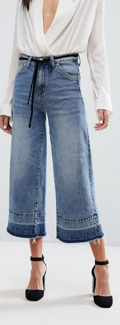 Compra Vaqueros cortos de pierna ancha deshilachados con el bajo descosido  y cinturón de Current Air en ASOS. Descubre la moda online. 2c3acb847e0