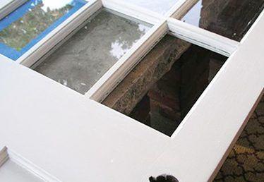 Como substituir um painel de vidro em uma porta