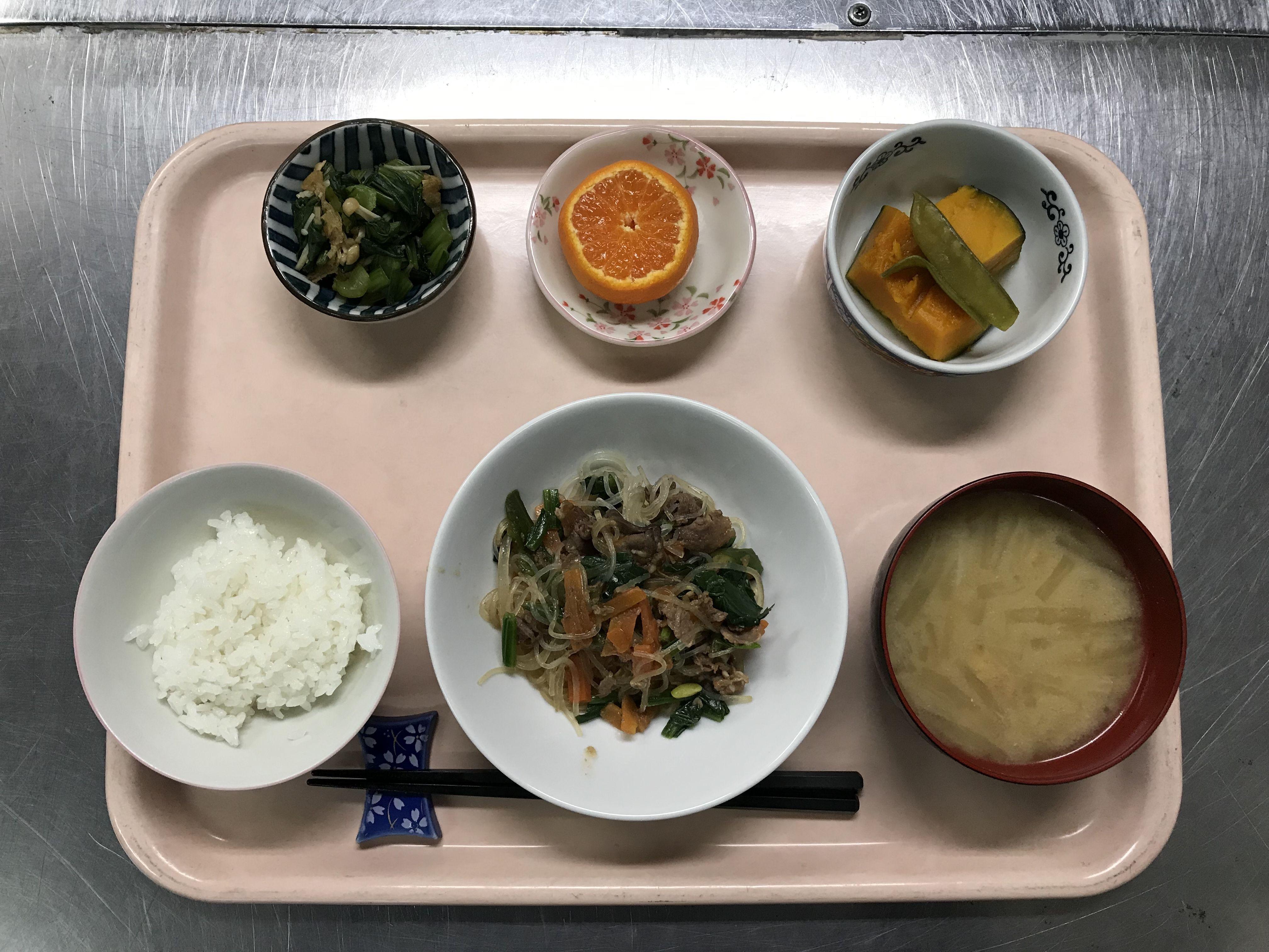 12月10日。韓国風春雨炒め物、かぼちゃの煮物、小松菜とえのきの和え物、大根の味噌汁、みかんでした!韓国風春雨炒め物が特に美味しかったです!635カロリーです