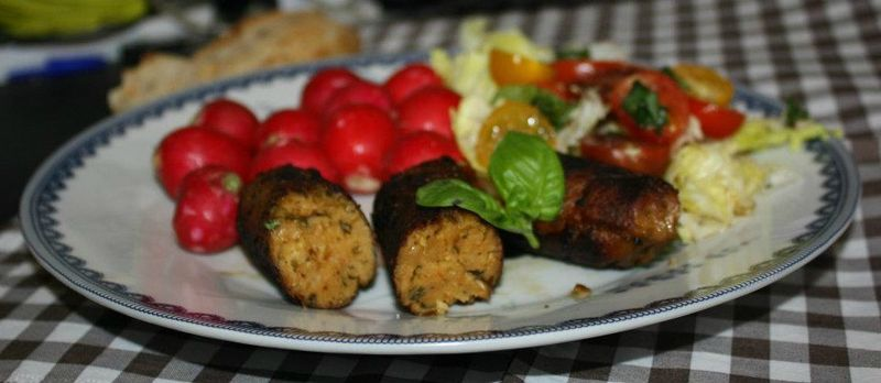 saucisses et morceaux de seitan aux herbes et oignons frais