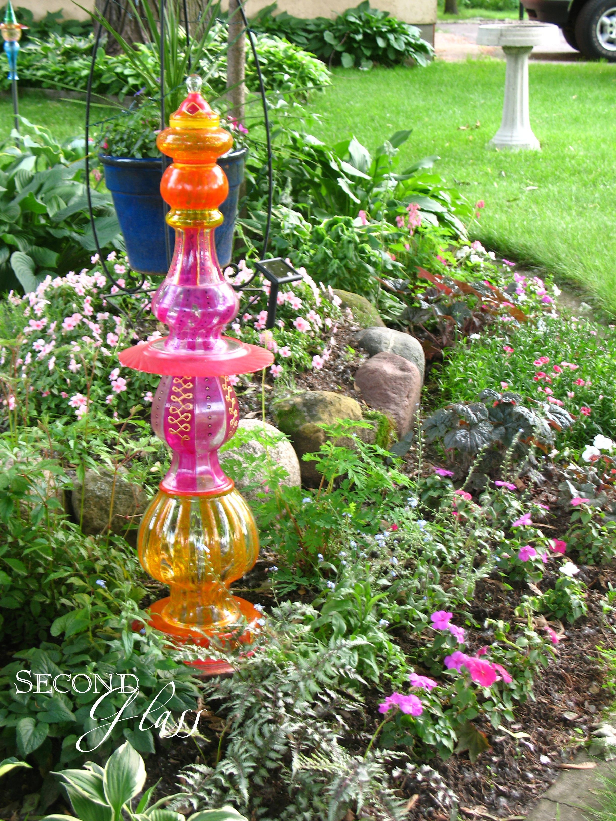 A colorful garden totem created by second glass garden art for Yard art ideas
