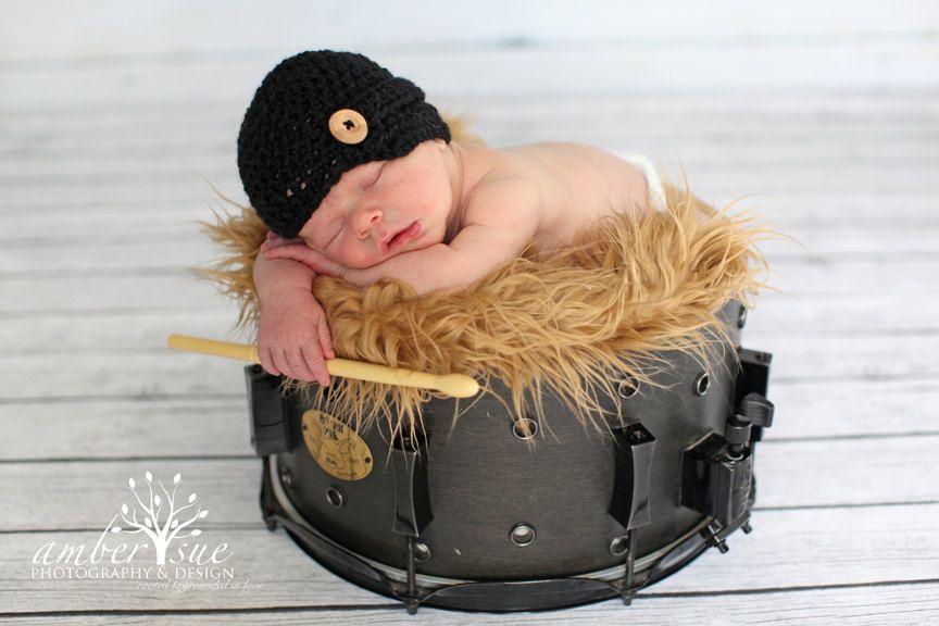 Kleiner Schlagzeuger – im wahrsten Sinne des Wortes. Baby mit Musikermütze hält Trommelstock, als er …   – DDO:) MOST POPULAR Re-Pins
