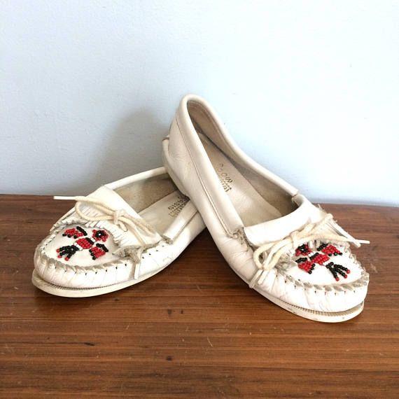 f0c21cf621a3 Vintage 80s Minnetonka Moccasins   White Leather Boho Beaded Indian ...