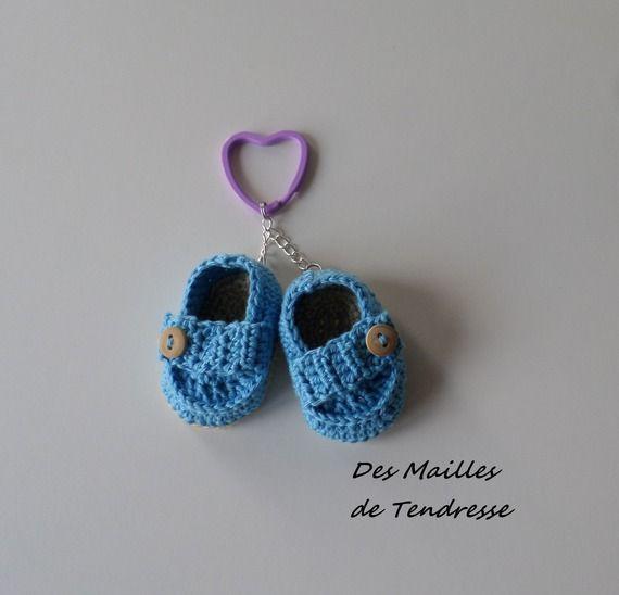 porte cl s petites chaussures c 39 est un gar on au crochet tricot pinterest porte cl. Black Bedroom Furniture Sets. Home Design Ideas