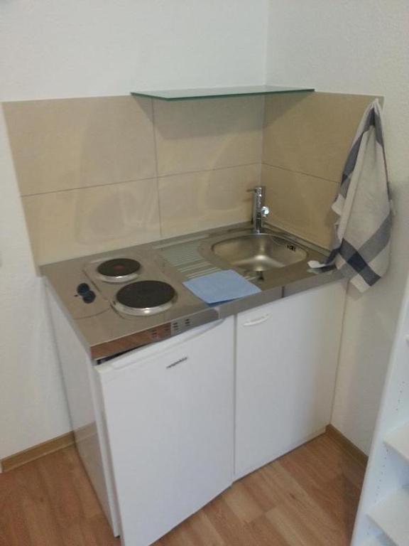 In allen Apartments steht eine Pantry-Küche mit 2 Kochplatten - küchen unterschrank spüle