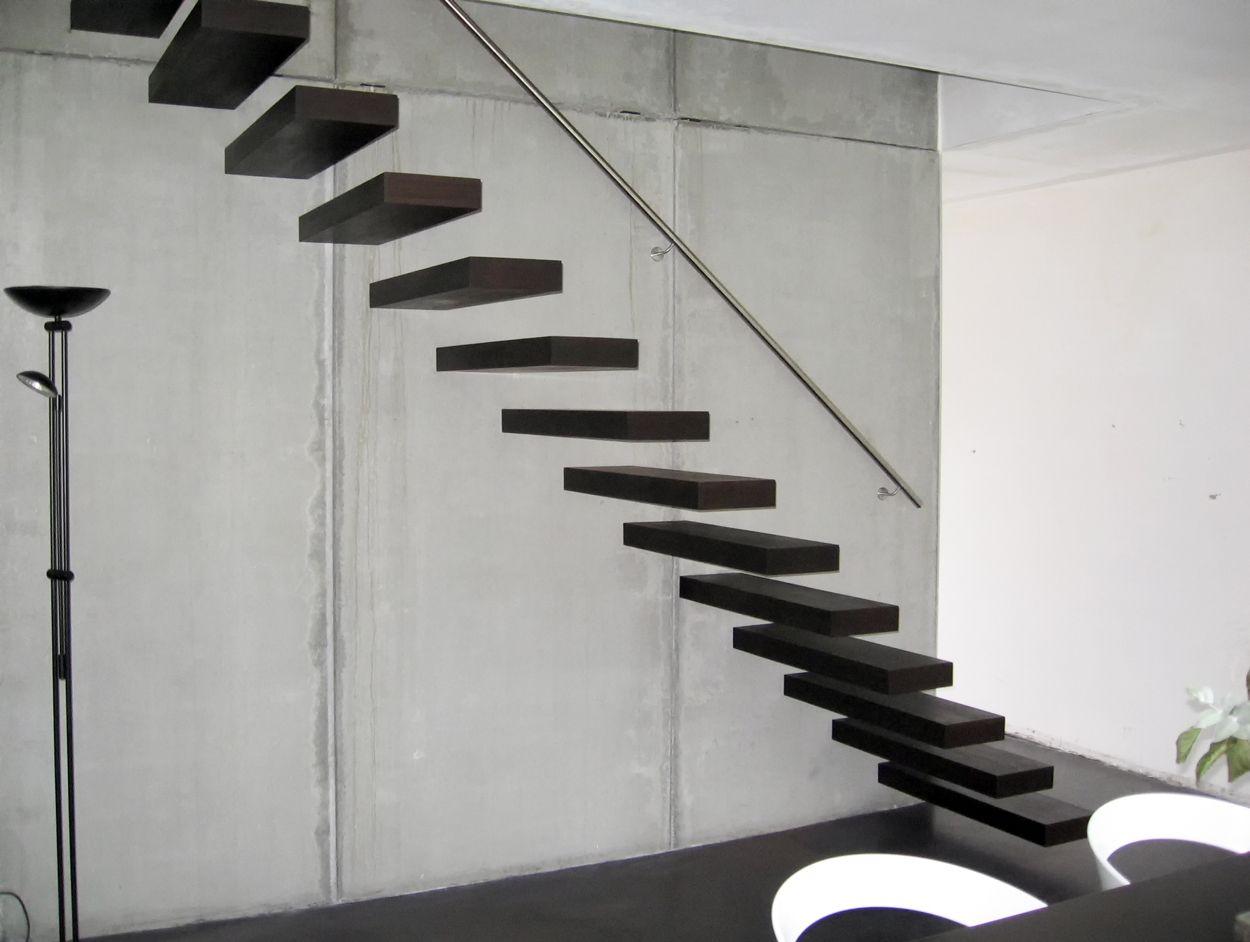 Zwevende trap met wengé treden. model wallclimber van het belgische