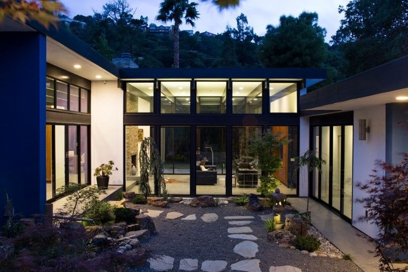 Hillside Eichler-Inspired Residence in California: Atrium House by Klopf  Architecture -