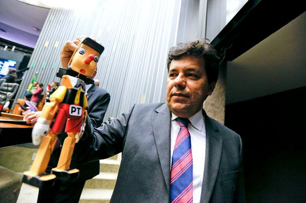 Líder do DEM na Câmara, deputado Mendonça Filho segura boneco do personagem Pinóquio, com a sigla PT colada no peito