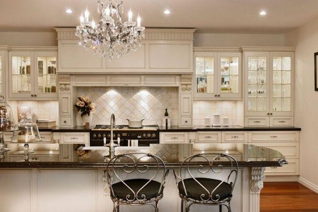 wohnideen landhausküche französisch stil kronleuchter weiß grau ...