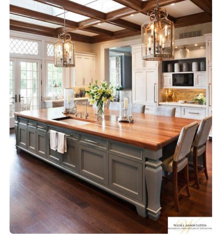 Genial This Large Kitchen Has An Island That Doubles As A Table And Sky Lights  Above To Bring In The Natural Light. Need Sky Lights In My Kitchen!