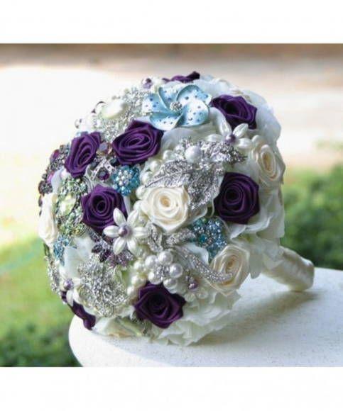 Buque de broches com flores de tecido e pedras.  Obs: Broches mundam pois não trabalhamos com estoque.