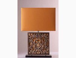 Lampe de table Frame flowers - Cette lampe dont la sculpture du bois a été faite à la main et à l'abat-jour en polycoton, présente un design très sympathique et intéréssant. Elle mesure 66cm de hauteur et son abat-jour 19x45cm.