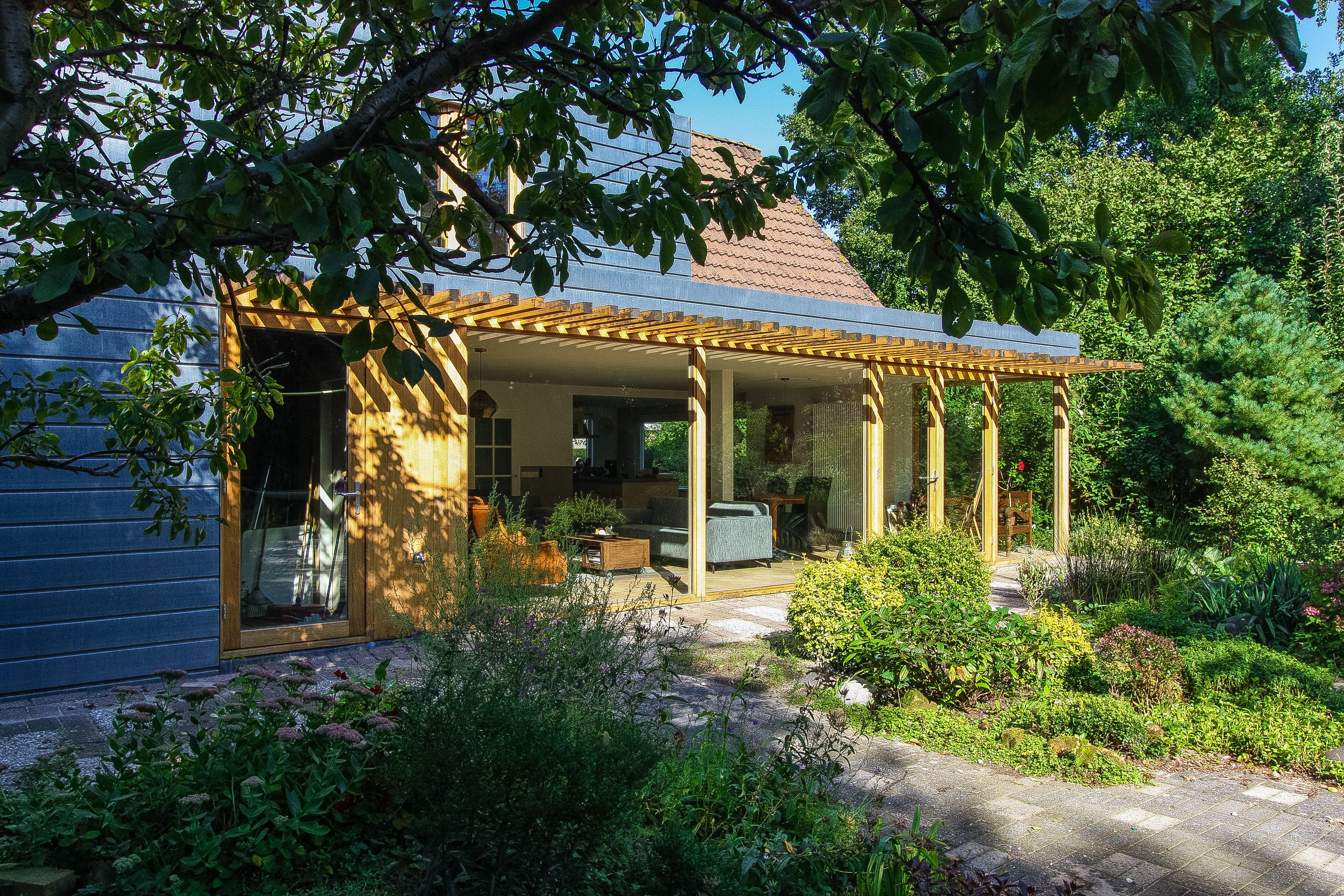 west architecten jaren 80 uitbouw renovatie modern luifel zink eikenhout glas on zink outdoor kitchen id=22951