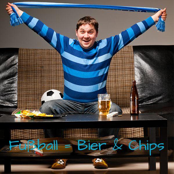 Fußball und Bier gehören einfach untrennbar zusammen - oder nicht? Aber Vorsicht: Angenommen Du trinkst jeden Tag der WM 2 große Bier, dann nimmst Du während dieser Zeit alleine dadurch 13.000 Kalorien zu Dir! Besser ist es da auf ein saures Radler (Bier mit kohlensäurehaltigem Wasser) zurückzugreifen, wenn Du nicht darauf verzichten magst. Vergiss bitte auch nicht, dass Alkohol dem Körper Wasser entzieht. Trinke deshalb genug Wasser. Das hat auch keine Kalorien!
