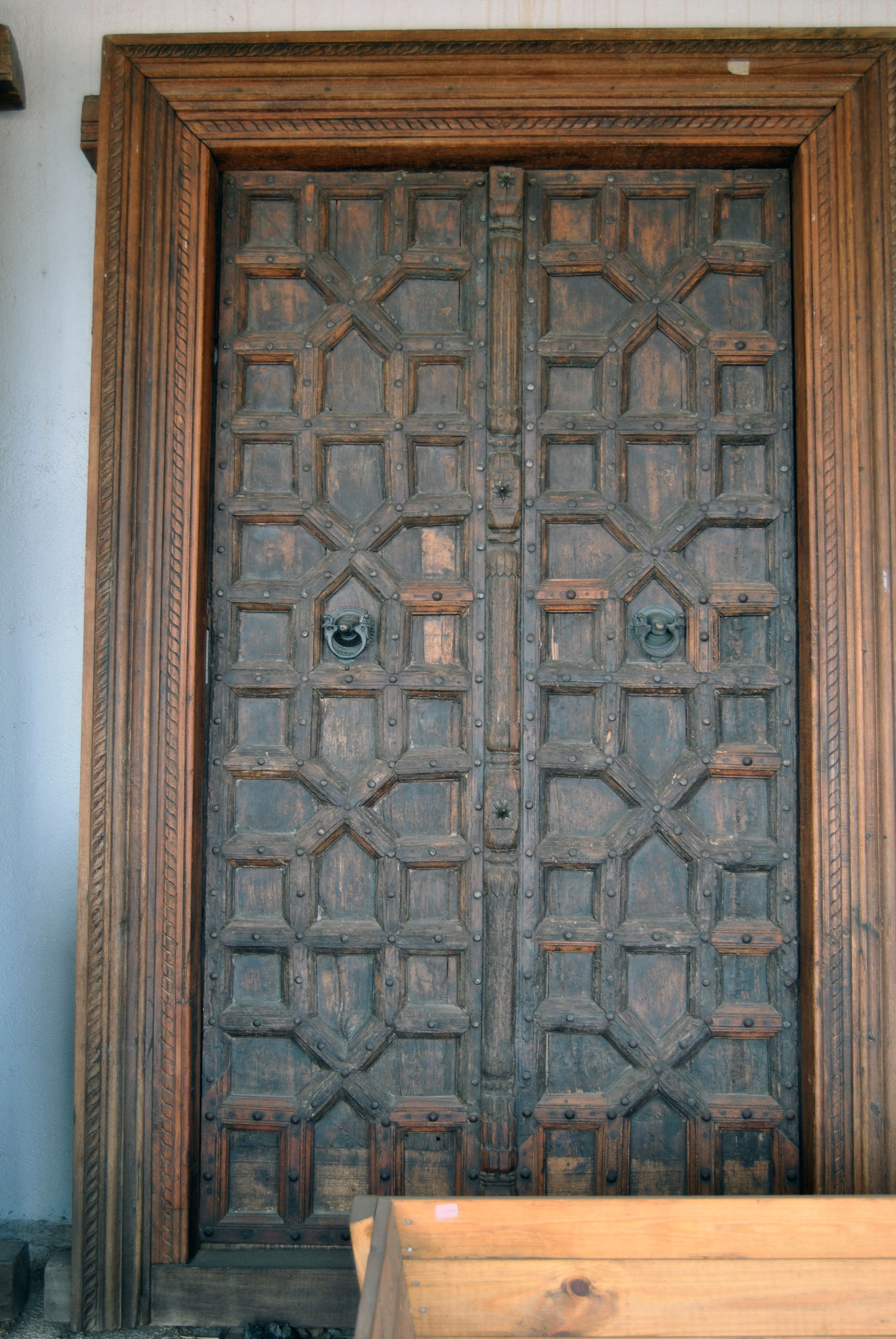 Bonita puerta de interior de antiguo palacio portones for Fotos de puertas de madera antiguas