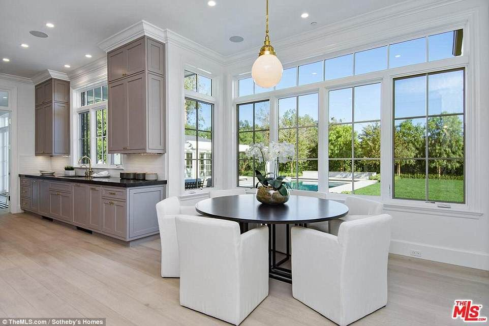 7x Klassiek Interieur : Ben affleck and lindsay shookus survey the $19m home he just bought