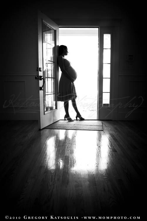 maternity photo ideas, black and white, silhouette, profile, pregnancy shot. I am not all about pregnancy photos but this is really beautiful and I will be having some classy ones done like this.
