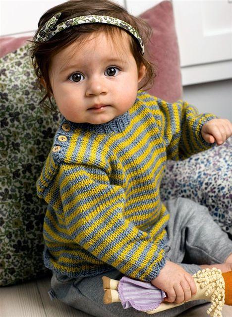 af04a8f2b8c Denne skønne stribede babysweater er nem at få på, fordi den har knapper på  skulderen