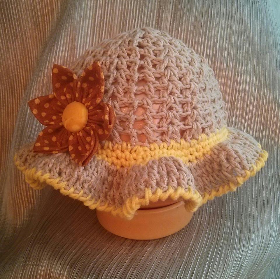 Un bonito y primaveral sombrero en algodón 100% y trabajado a crochet. Se  complementa con una espectacular flor Kanzashi d767ee24a56